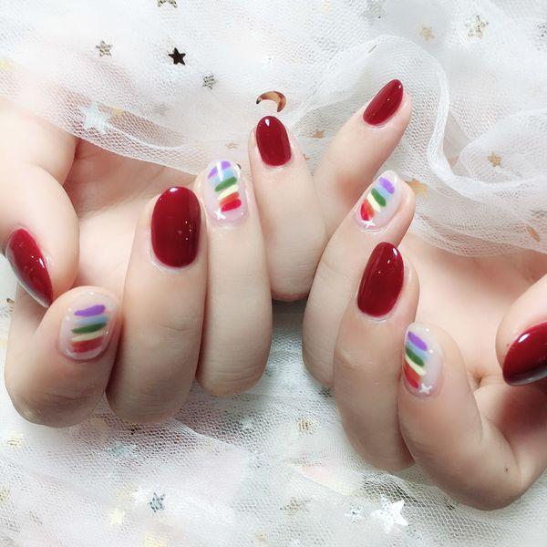 彩虹圆形酒红色美甲图片