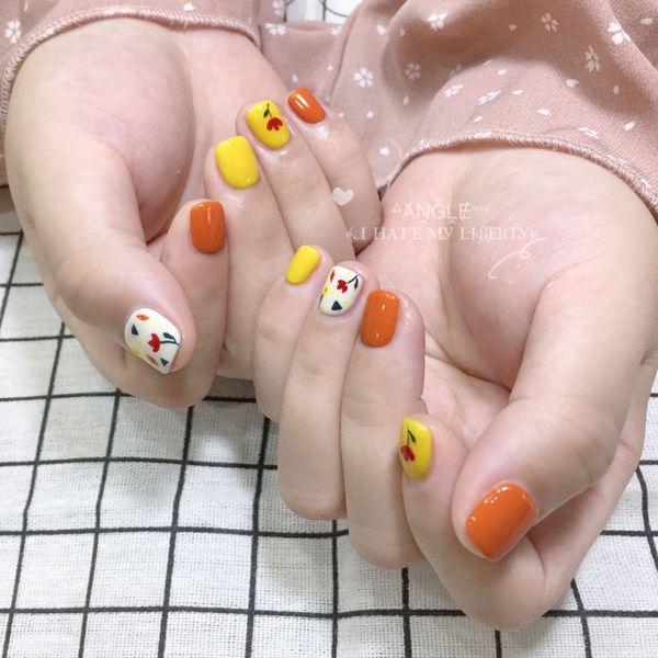 橙色黄色方圆形花朵手绘美甲图片