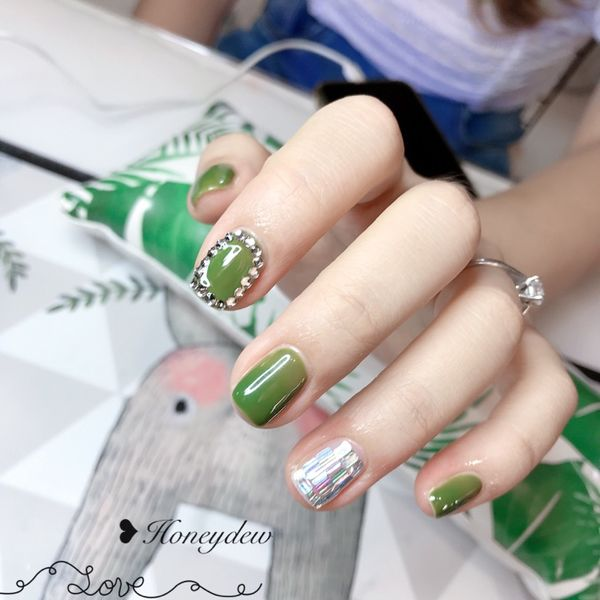 绿色方圆形夏天亮片钻石美甲图片