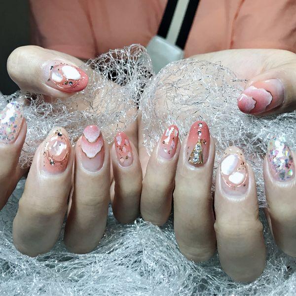 圆形粉色手绘贝壳片美甲图片