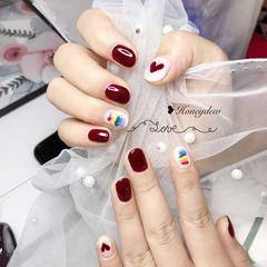 红色圆形手绘彩虹心形美甲图片
