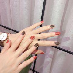 秋天磨砂短指甲跳色简约圆形红色棕色美甲图片