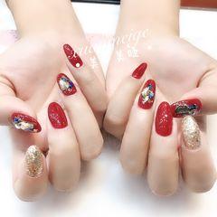 圆形红色金色贝壳片金箔跳色新娘显白美甲图片