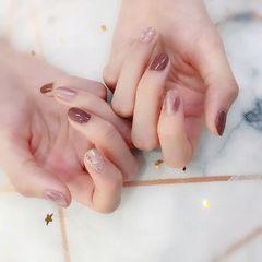 圆形短指甲钻饰金箔贝壳片上班族跳色简约猫眼搭配纯色,加上贝壳金箔的点缀,给人一种舒服,温暖的感觉,适合秋冬天。美甲图片