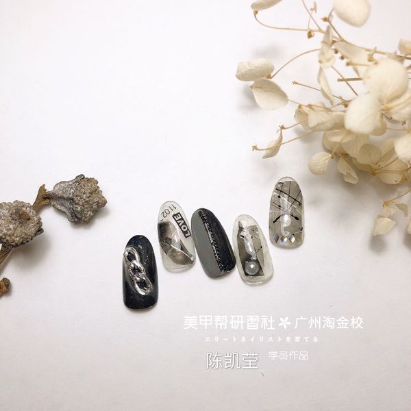圆形黑色手绘线条珍珠金属饰品美甲图片