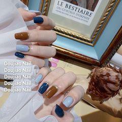 方圆形秋天短指甲简约可爱日式蓝色棕色跳色美甲图片