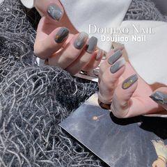 方圆形秋天短指甲上班族金箔贝壳片简约晕染日式灰色美甲图片
