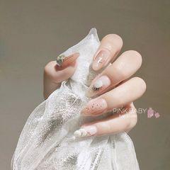 圆形日式金色白色裸色贝壳片晕染金箔美甲图片