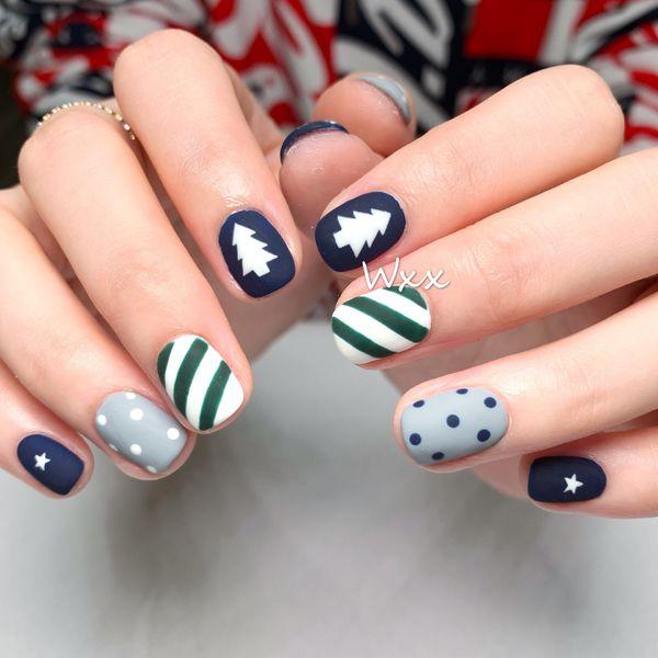 蓝色方形波点圣诞手绘磨砂斜纹美甲图片
