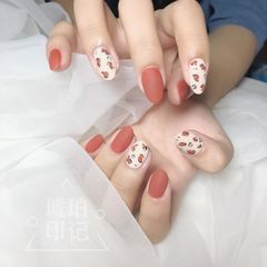 红色圆形磨砂豹纹白色手绘美甲图片