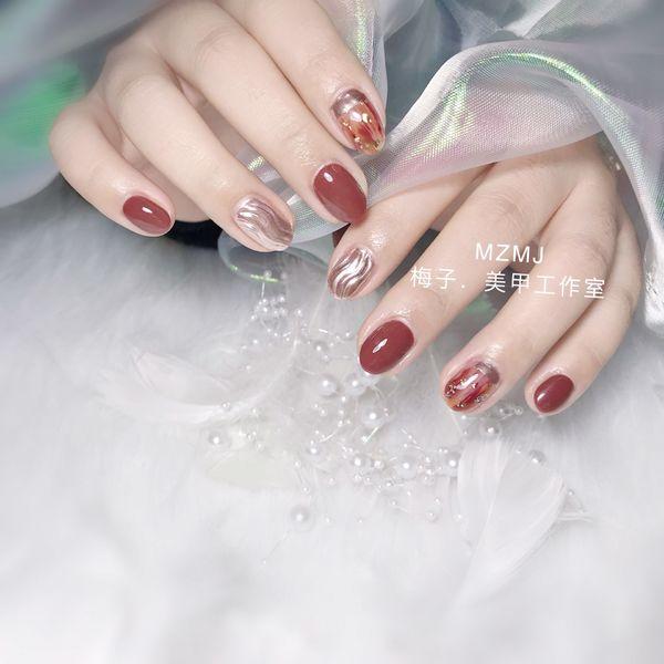 圆形新年晕染金箔水波纹魔镜粉焦糖色美甲图片