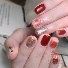 酒红色红色银色简约金箔晕染短指甲新年跳色新娘方圆形美甲图片