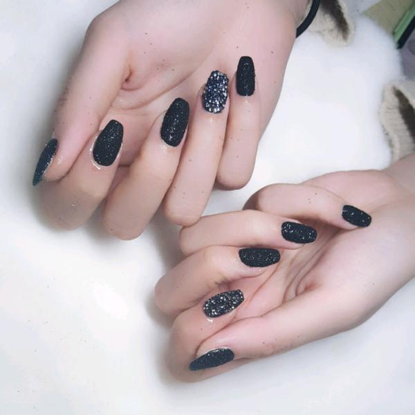 方形黑色钻砂糖粉美甲图片