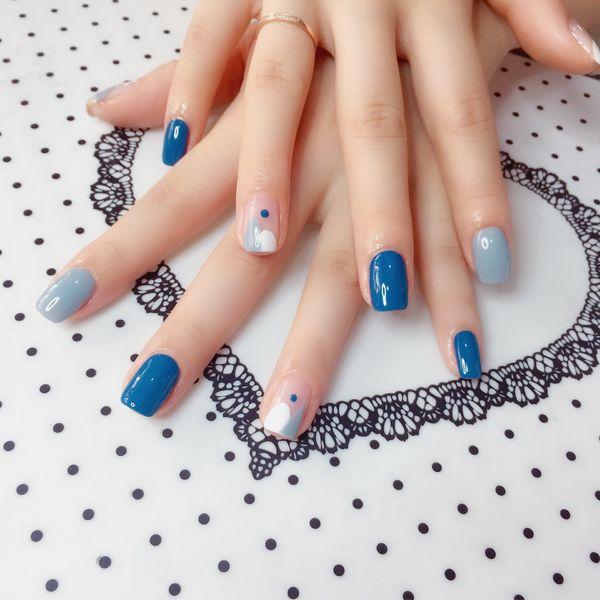 蓝色方圆形夏天拼接手绘白色美甲图片