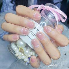 裸色圆形夏天短指甲简约上班族裸冰粉搭配小珍珠,短指甲的小仙女比较适合,很可爱美甲图片