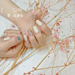 裸色方圆形夏天跳色简约短指甲新娘白色蝴蝶珍珠金色金银线金属饰品美甲图片