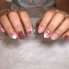 裸色红色圆形夏天磨砂短指甲格纹跳色简约美甲图片