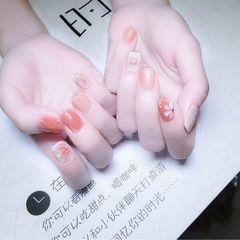 裸色红色方圆形夏天短指甲上班族简约晕染花朵美甲图片