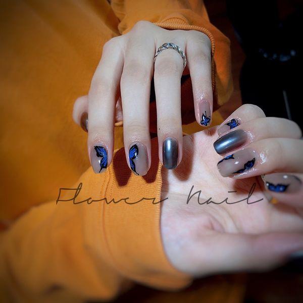 蓝色圆形简约黑色镜面蝴蝶美甲图片