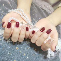 酒红色方圆形短指甲新娘跳色贝壳片简约美甲图片