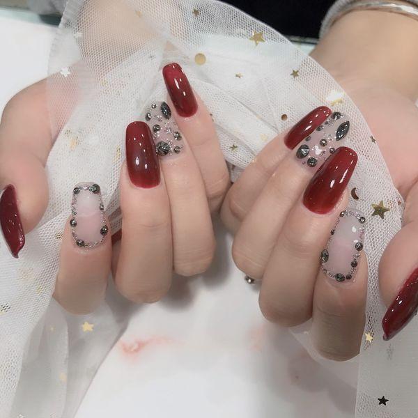 酒红色方圆形新娘钻饰美甲图片