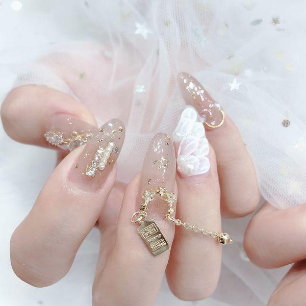 白色羽毛新娘美甲图片