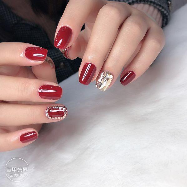 酒红色方形跳色钻秋冬美甲图片