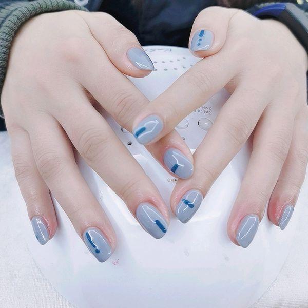 方圆形蓝色简约美甲图片