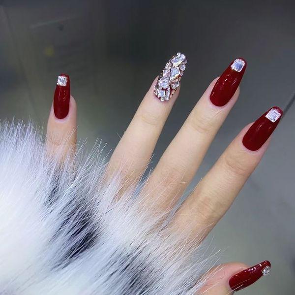 银色红色方形跳色新娘显白欧美风钻美甲图片