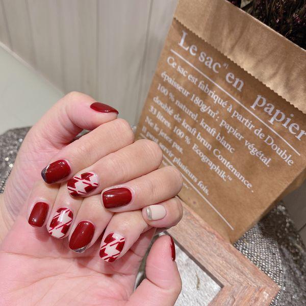 红色圆形短指甲美甲图片
