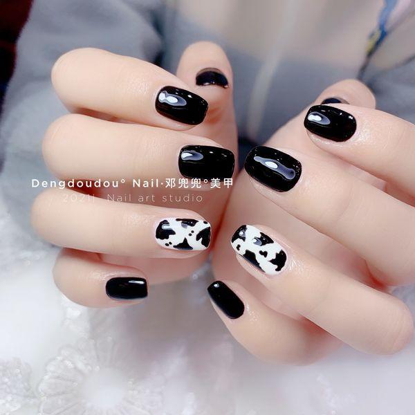 黑色奶牛纹美甲图片