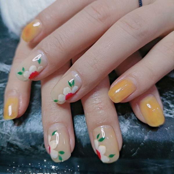 黄色方形短指甲花朵美甲图片