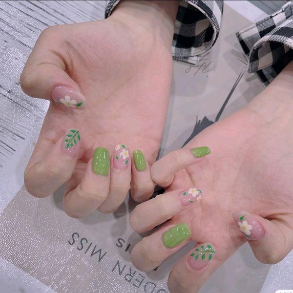 夏天花朵绿色美甲图片