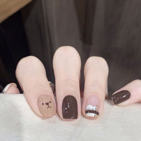 方圆形短指甲手绘咖啡色格子小熊白色美甲图片