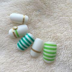 白色手绘简约圆形绿色美甲图片