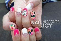 粉色白色手绘花朵春天美甲图片